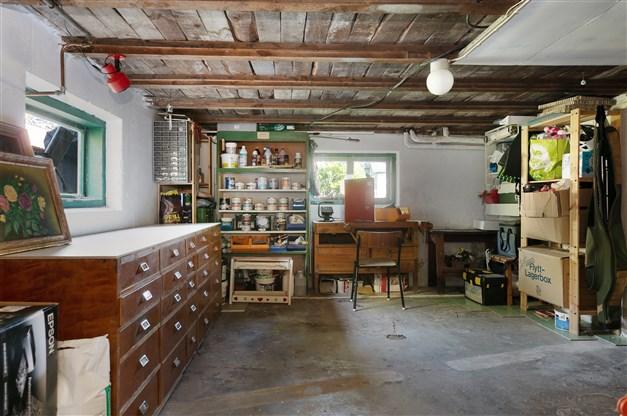 Hobbyrum/verkstad med hyllinredning, snickarbänk, köpmansdisk med lådor samt en CTC elpanna