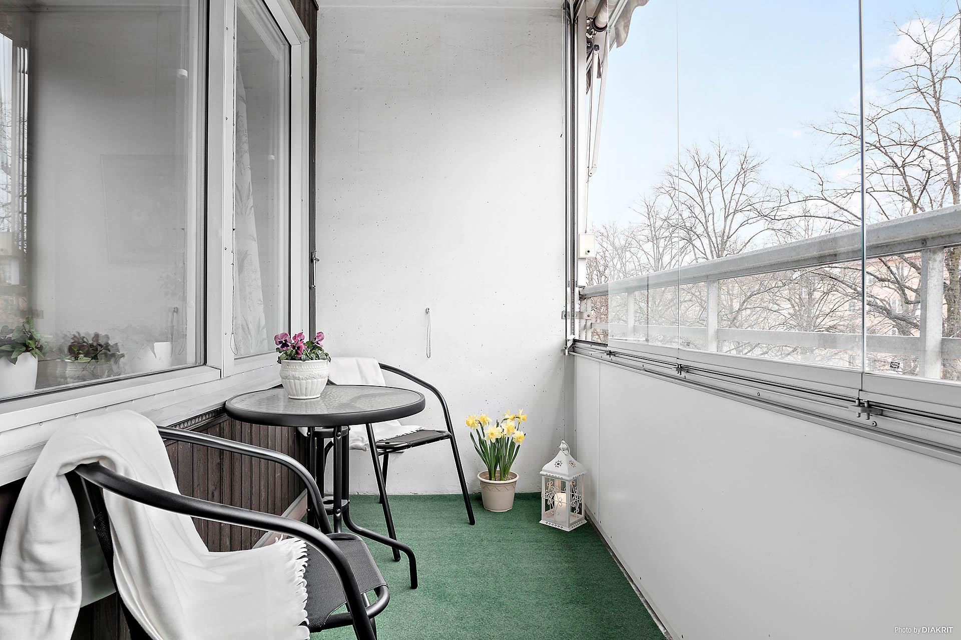 Inglasad balkong med morgon- och förmiddagssol
