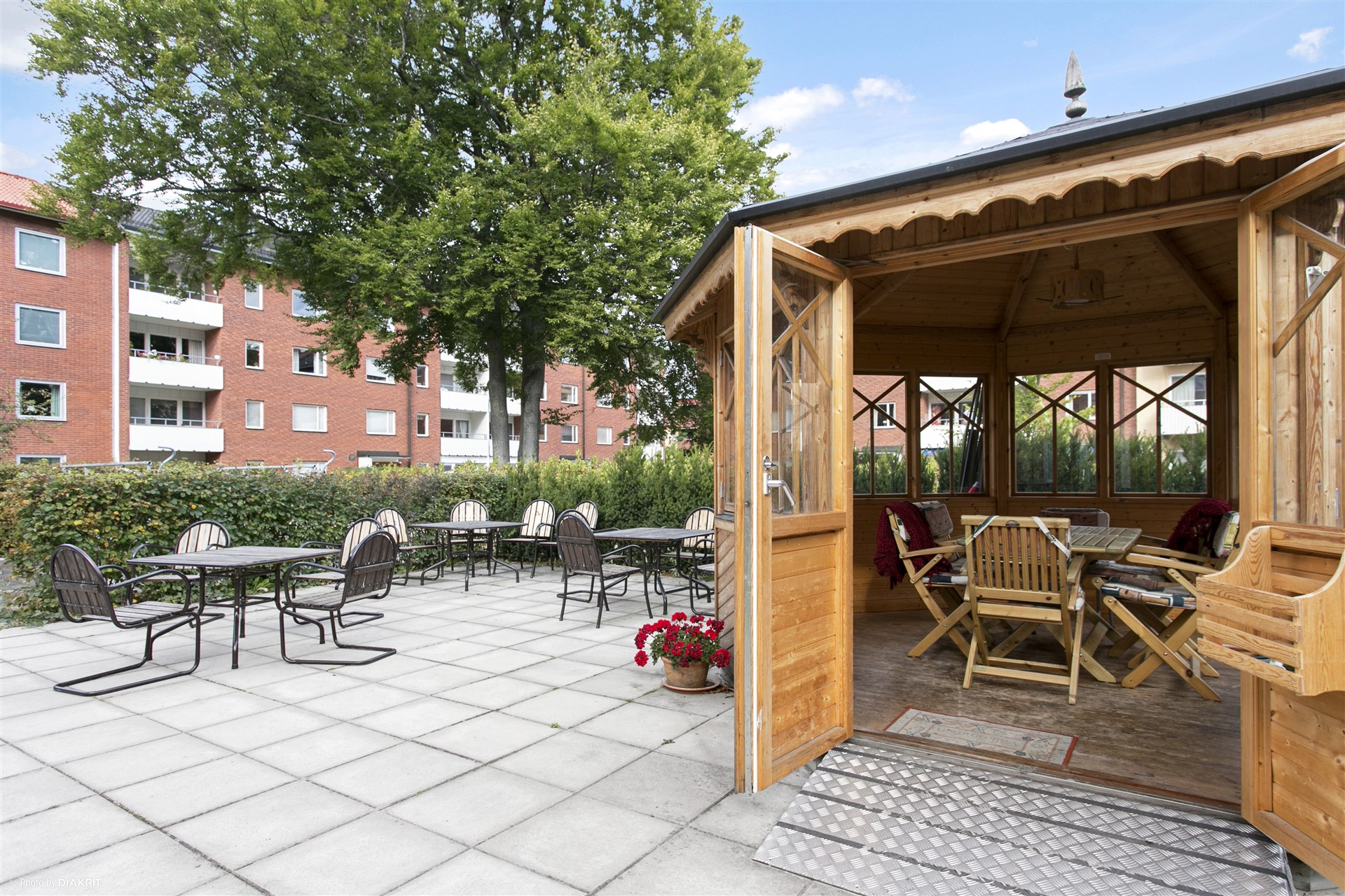 Trevlig innergård med flertalet möbelgrupper samt ett bokningsbart lusthus.