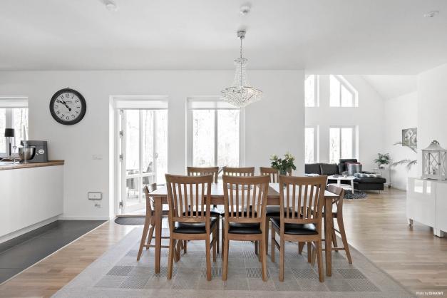 Kök med matplats och öppen yta mot vardagsrummet. Härifrån kan du också ta dig ut till altanen.