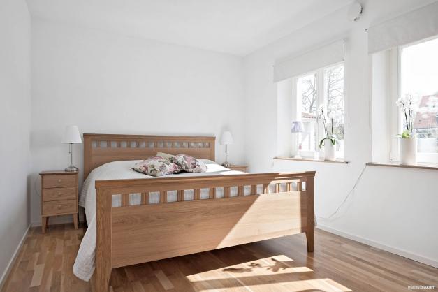 Sovrum med fint ljusinsläpp och garderob.
