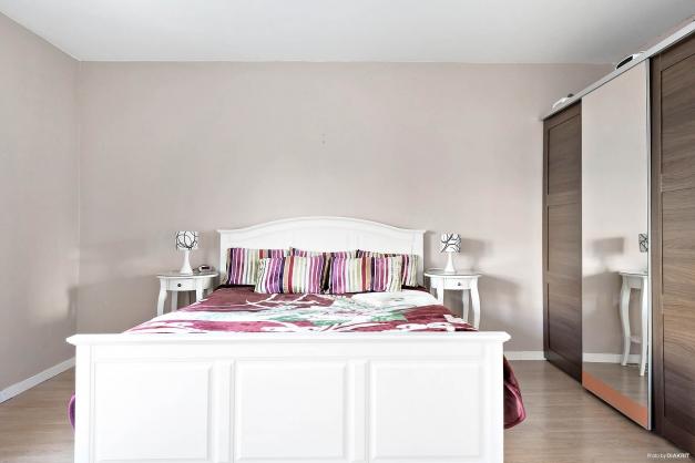 Sovrum med garderob med skjutdörrar