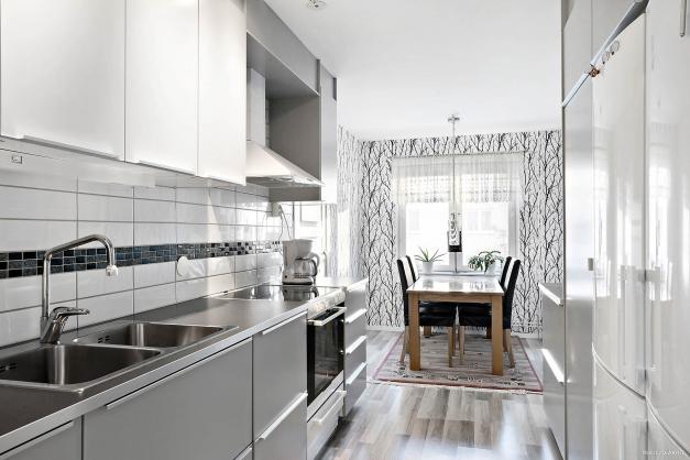 Renoverat kök i grått och vitt