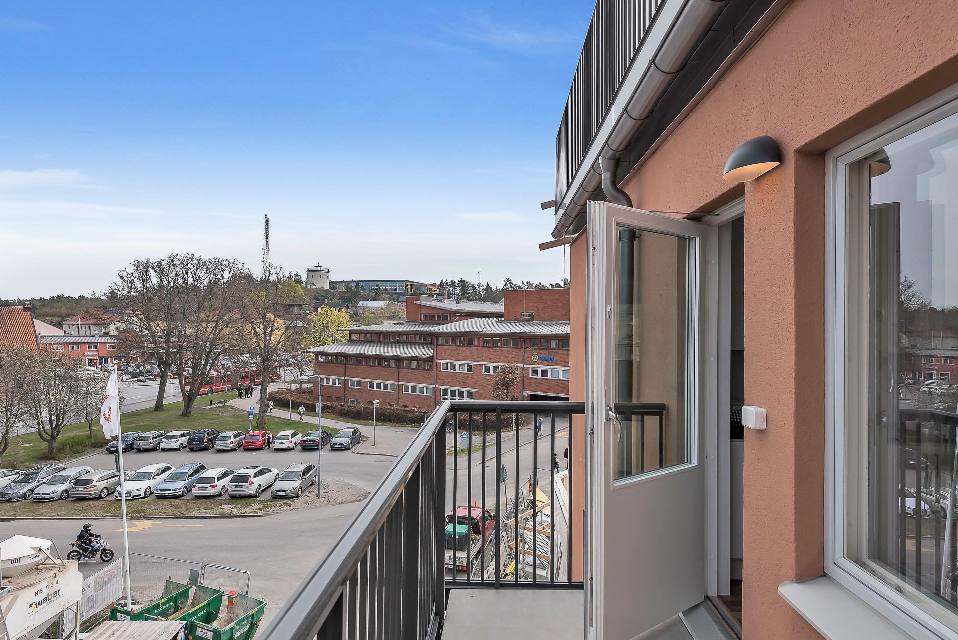 Bilder från visningslägenheten på Trädgårdsgatan 3 A, balkong från köket