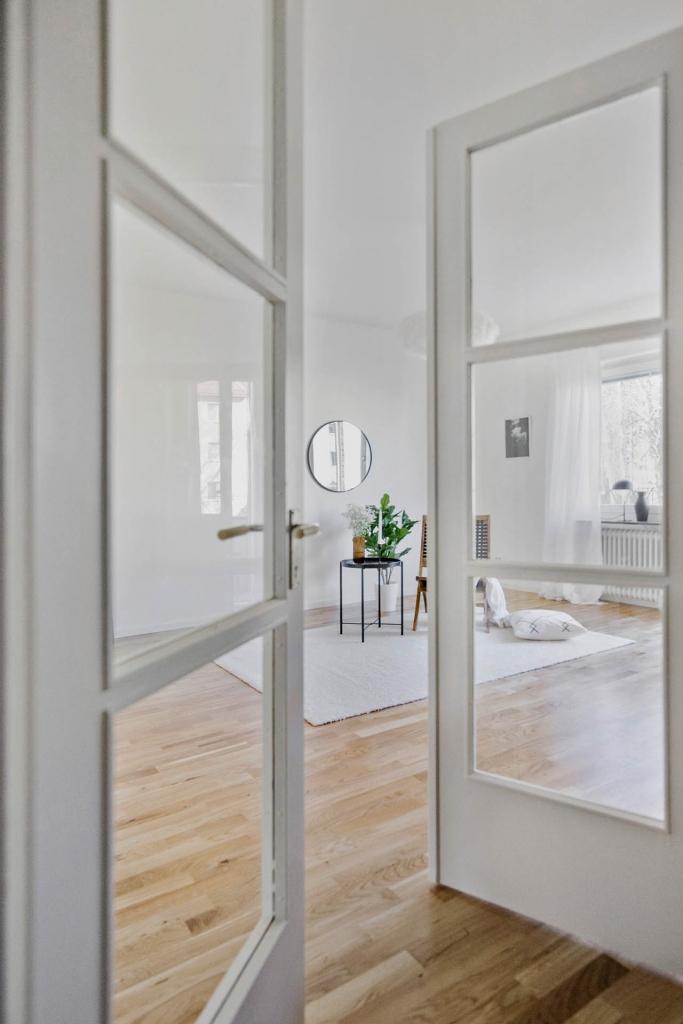 Gamla glasdörrar leder in till vardagsrummet