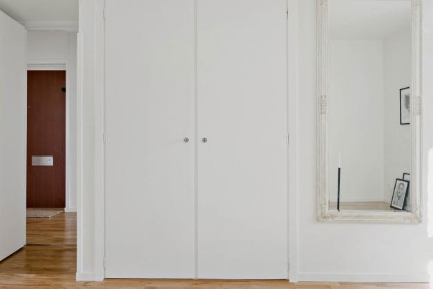 Sovrummet har en stor inbyggd dubbelgarderob