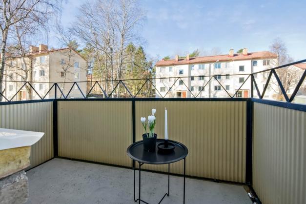 Fritt belägen balkong med eftermiddags- och kvällssol
