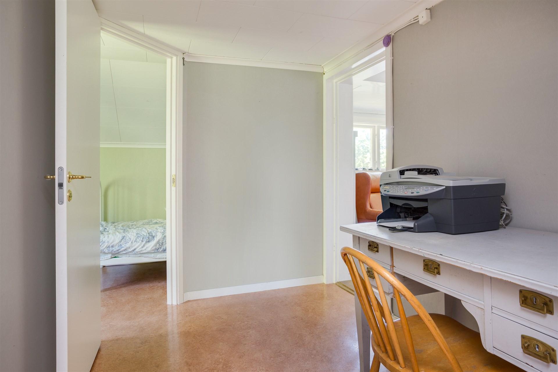 Hall 2, med ingång till sovrum 2 och 3. Perfekt plats för kontoret.