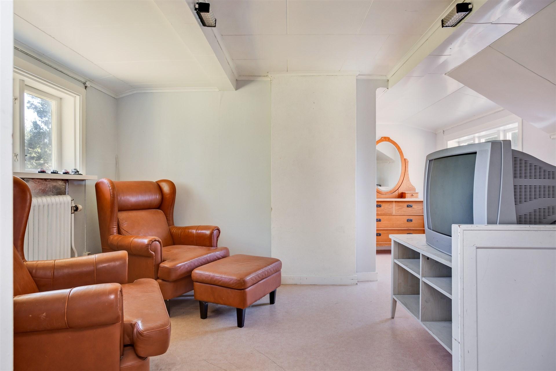 Hall 1 på övervåningen med takkupa och plats för mindre möblemang.
