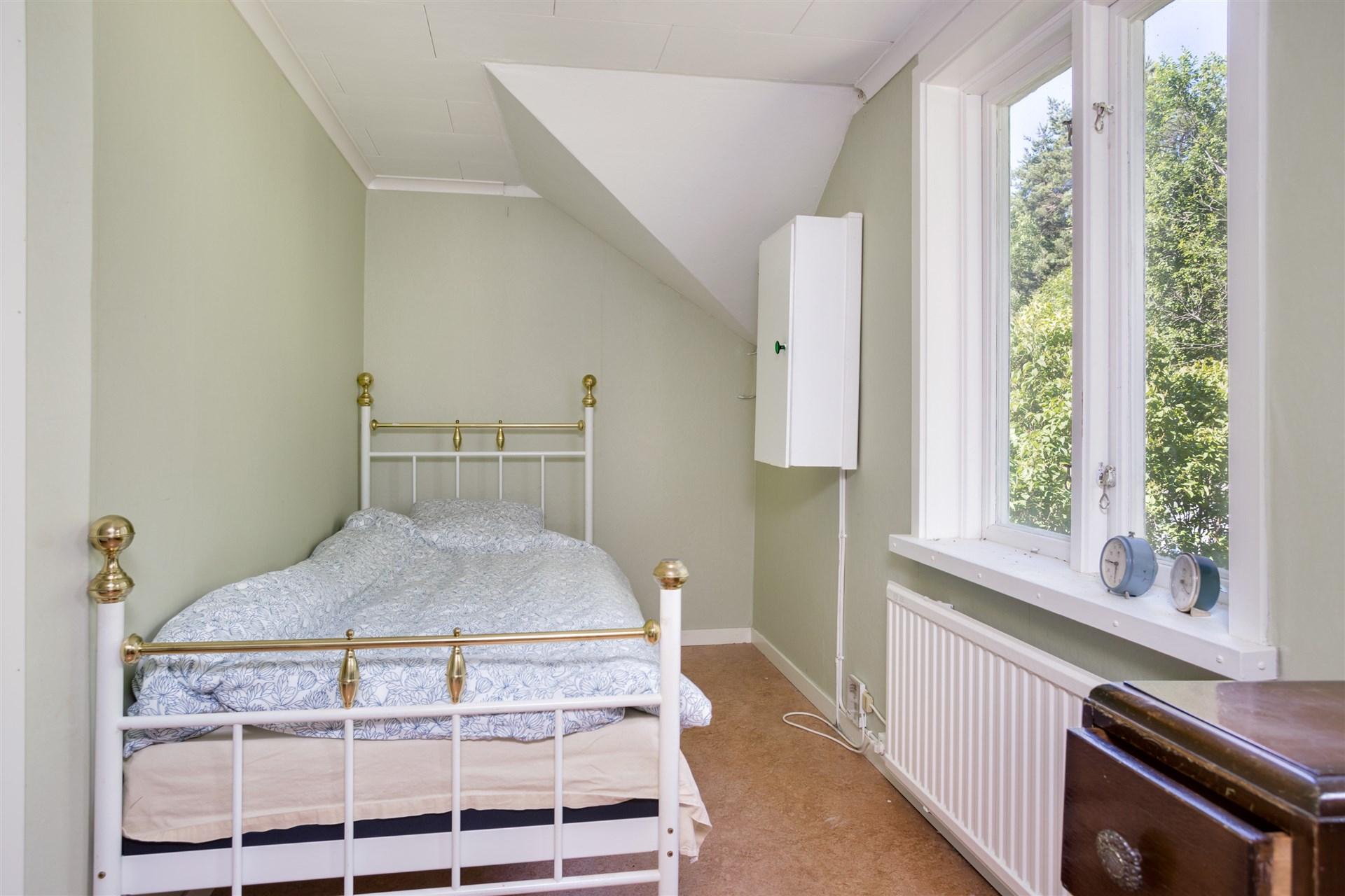 Sovrum 2. Här finns väggskåp med säkringar.