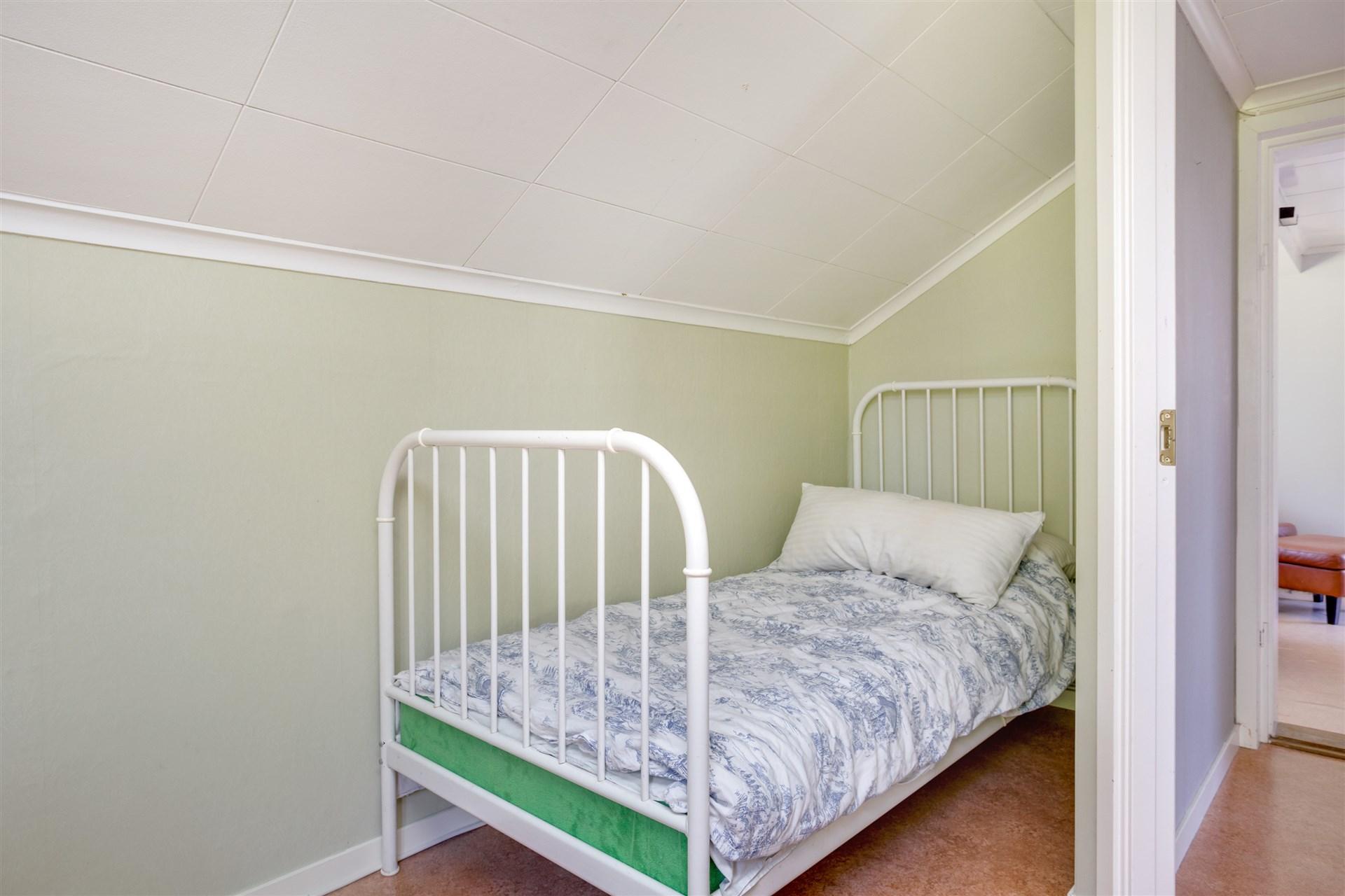 Sovrum 2, litet men med plats för 2 sängar.