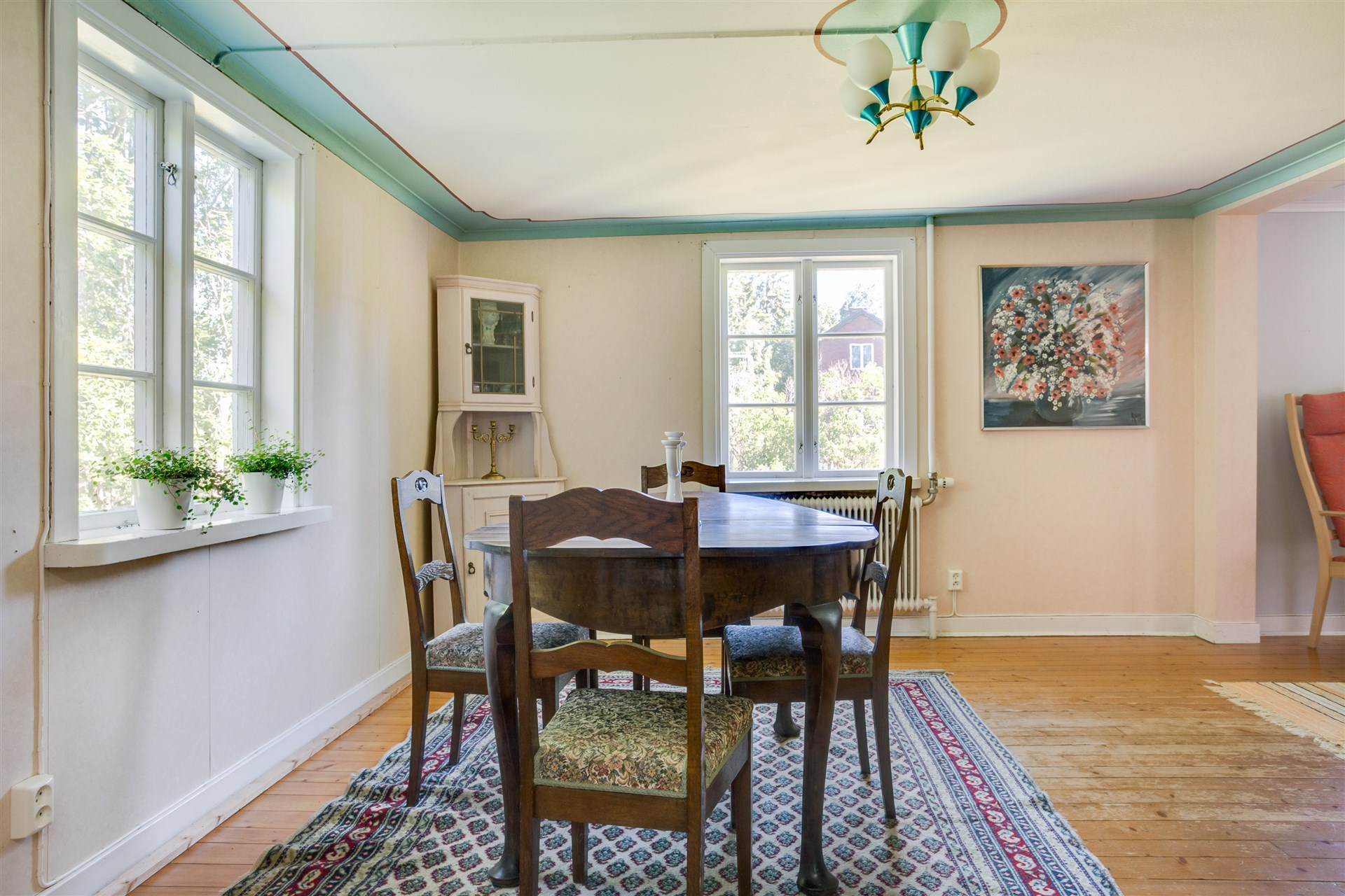 Matrummet har fönster åt två håll som ger fint ljus.