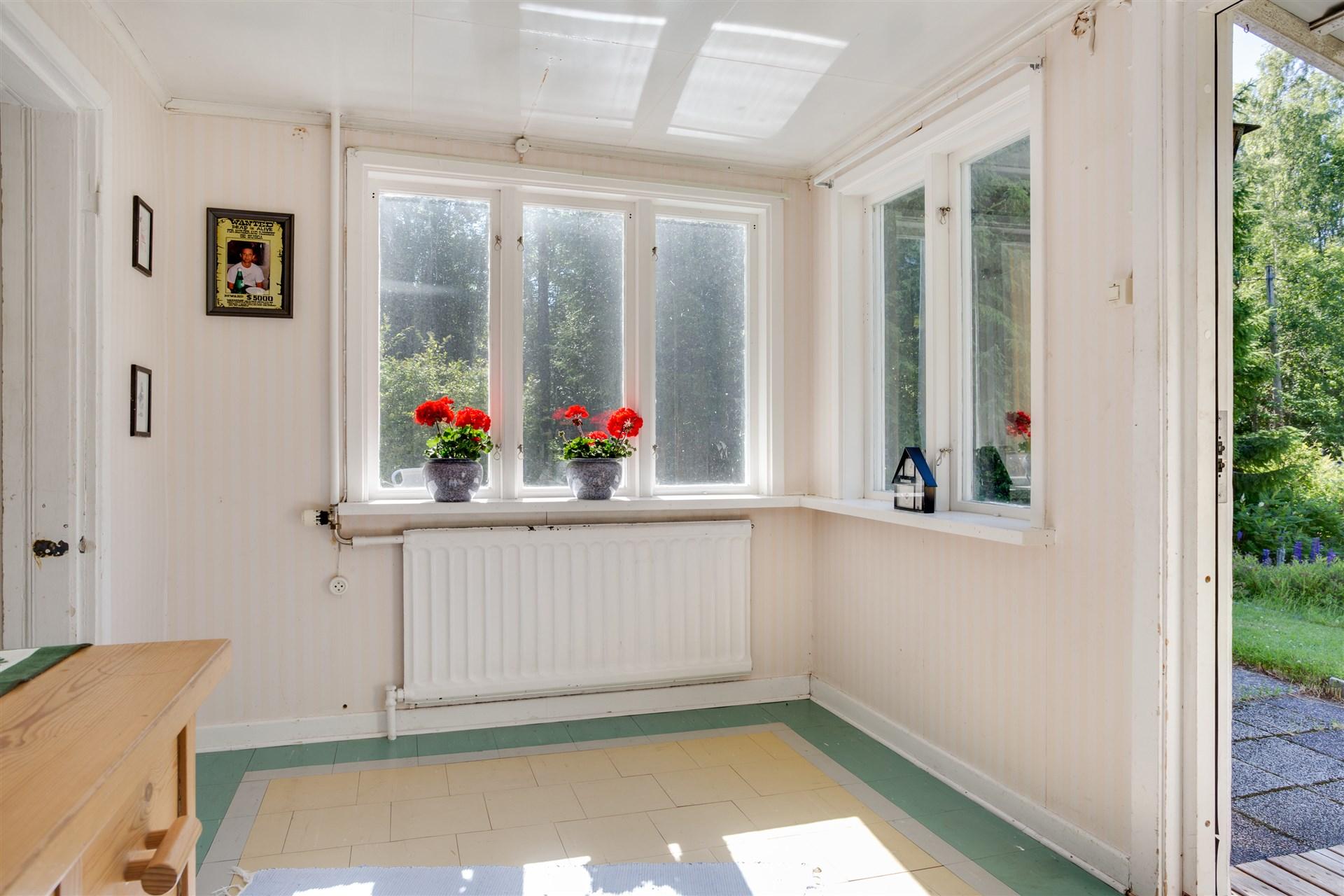 Hallen har många fönster som ger fint ljus och ingång till köket.