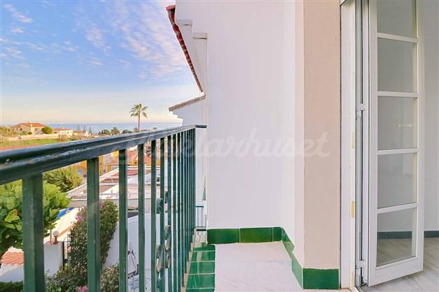 Balkong med havsutsikt i anslutning till ett av sovrummen