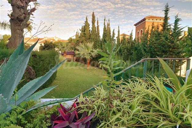 Utsikt från terrass, direkt tillgång till gemensamt poolområde
