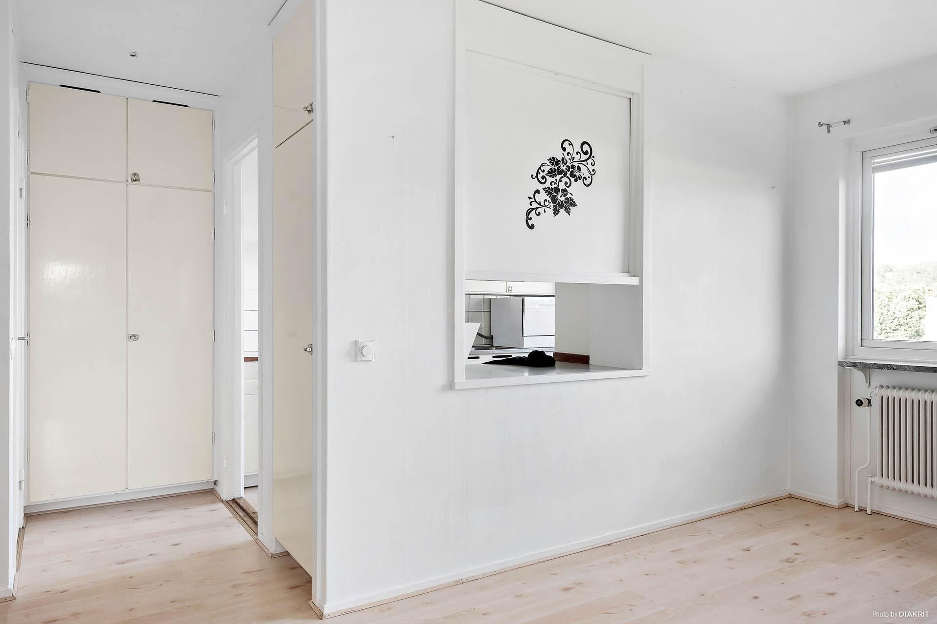 """""""Halvan"""" som kan användas till matrum eller varför inte sovrum då det finns ett fönster i rummet. Användningen styr man själv."""