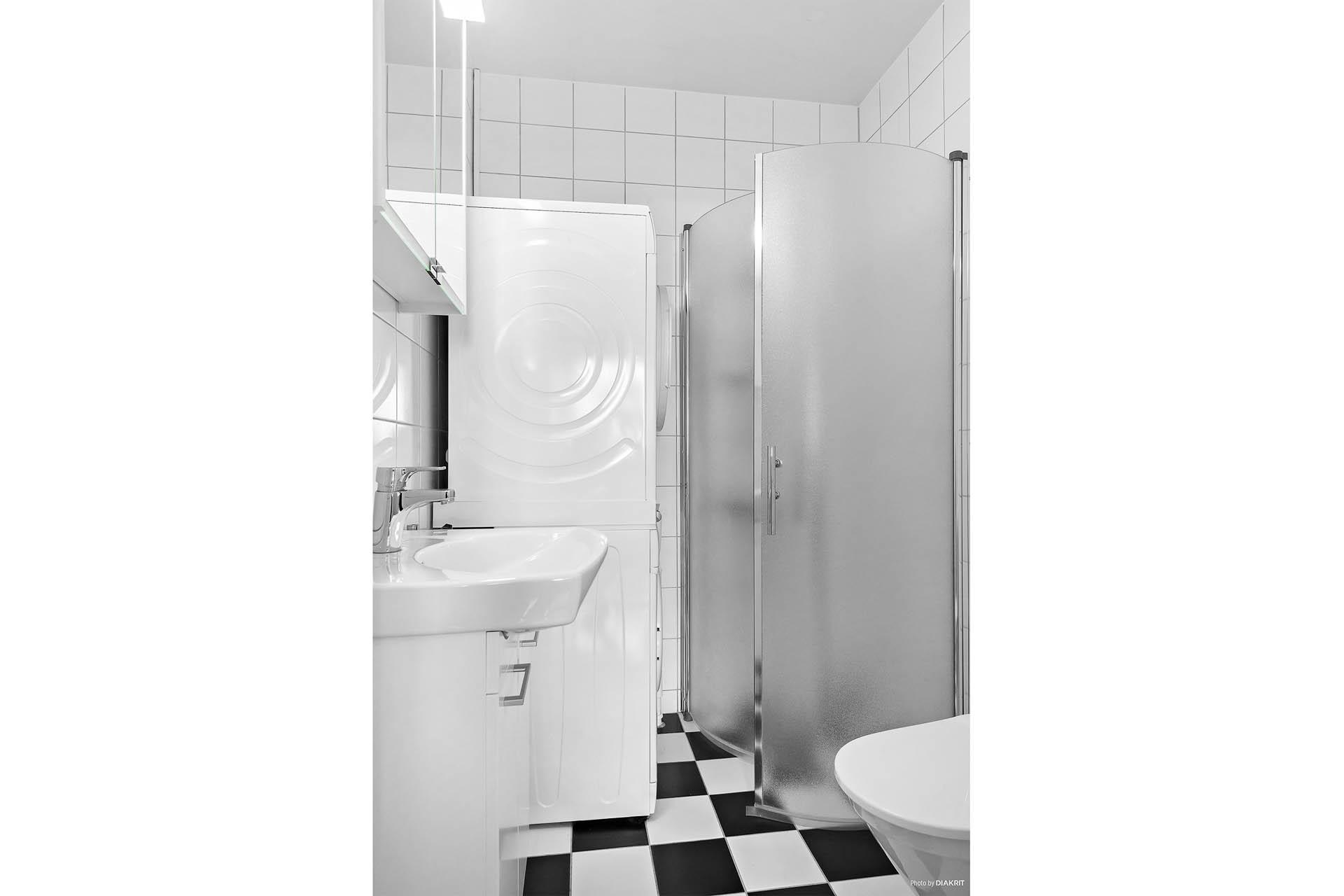 Välkommen till Näsbychaussén 64a! Helt nytt helkaklat badrum med dusch,wc, handfat och egen tvättpelare. Dokumentation och våtrumsintyg finns!