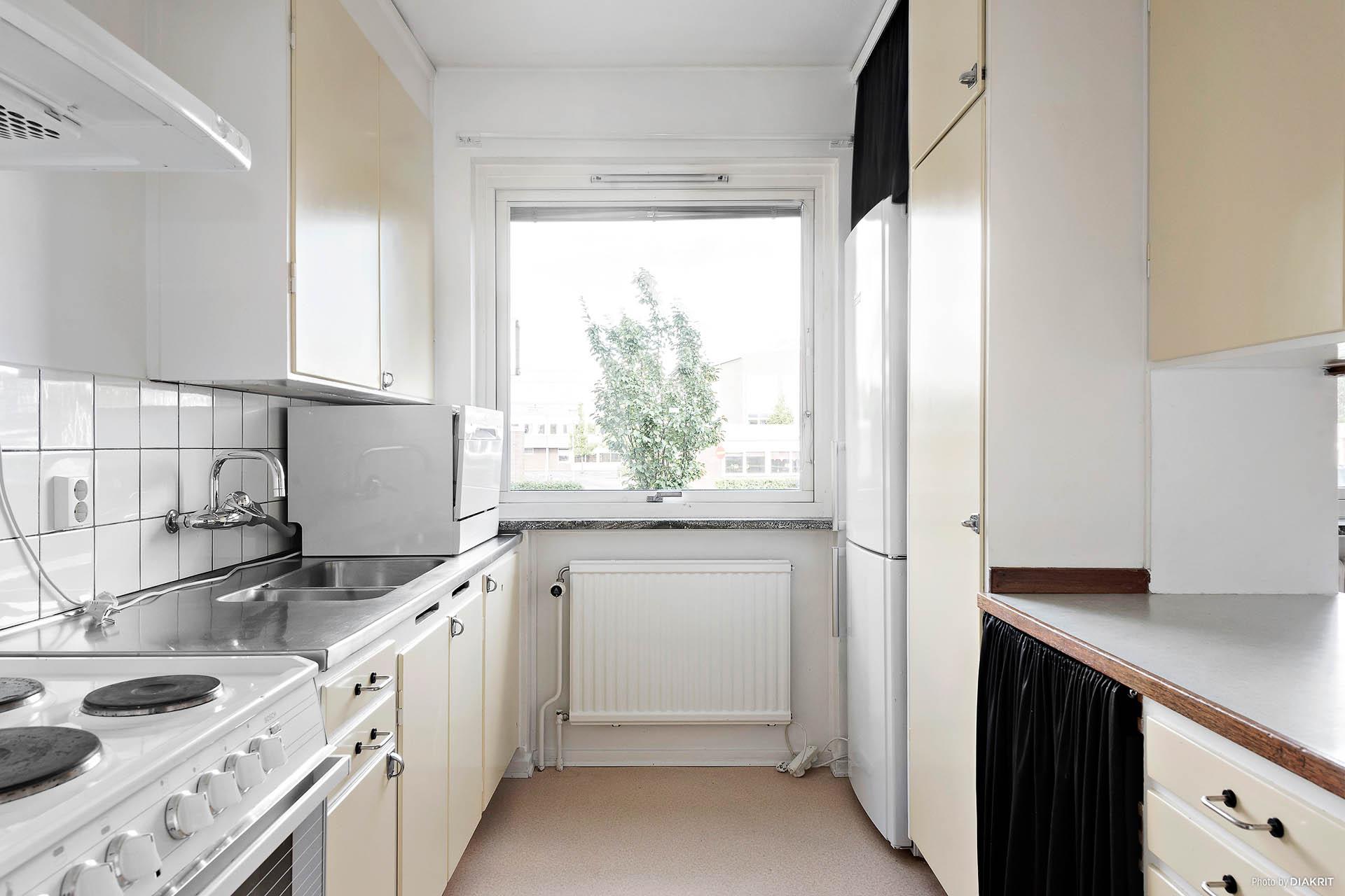 Köket har originalinredningen kvar. Spis, fläkt, kyl/frys samt bänkdiskmaskin.