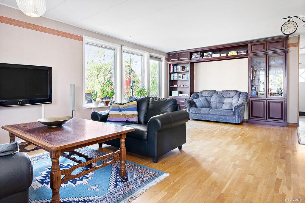 Vardagsrummet är ljust och rymligt. Det kan delas av till ett sovrum.