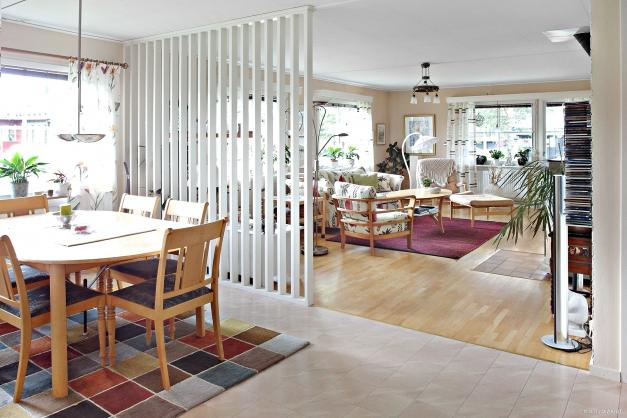 Öppen planlösning med matplats mitt i huset!