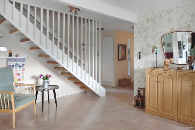 Vitmålad trapp till övervåningen.