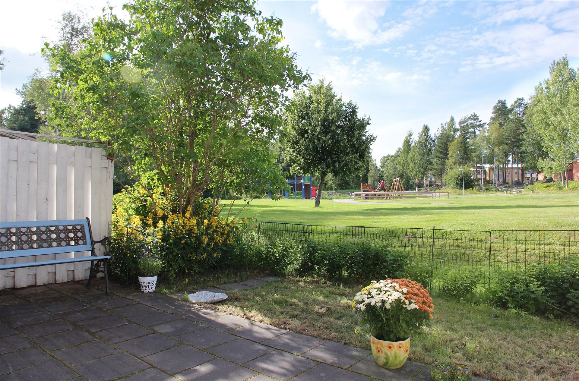 Lekpark och stort grönområde alldeles intill!