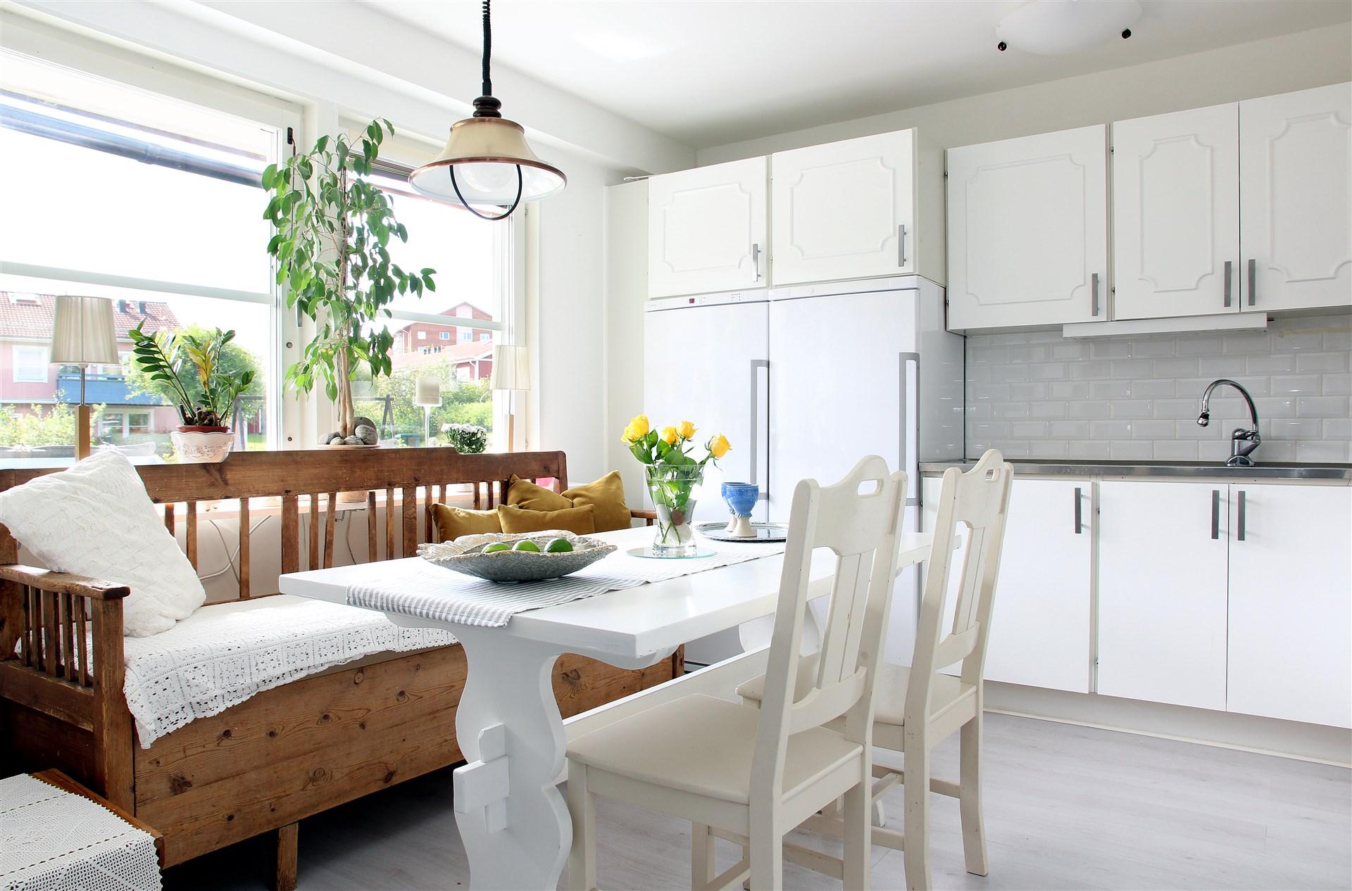 Ljust och rymligt kök i anslutning till entrén