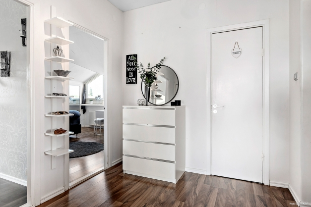 Härligt välkomnande i rymlig hall som tar dig vidare till dem olika rummen i lägenheten.