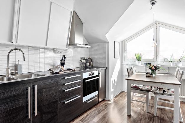 Välutrustat kök från Ikea med ugn, häll, fläkt, kyl/frys, integrerad diskmaskin. Överskåpen är ommålade från 50-talet!