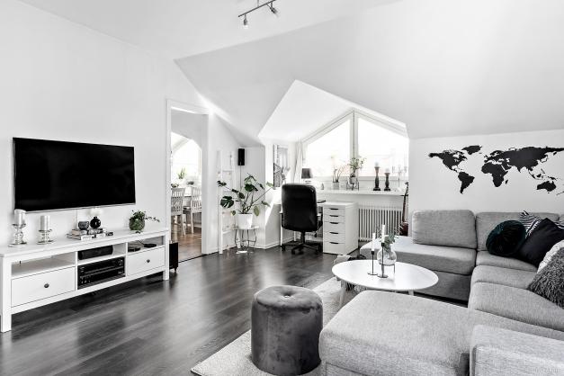 De vackra takfönstren som är genomgående för hela lägenheten ger rummen skön karaktär.