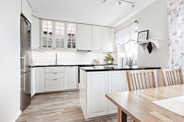 Välkommen in i det ljusa och välplanerade köket