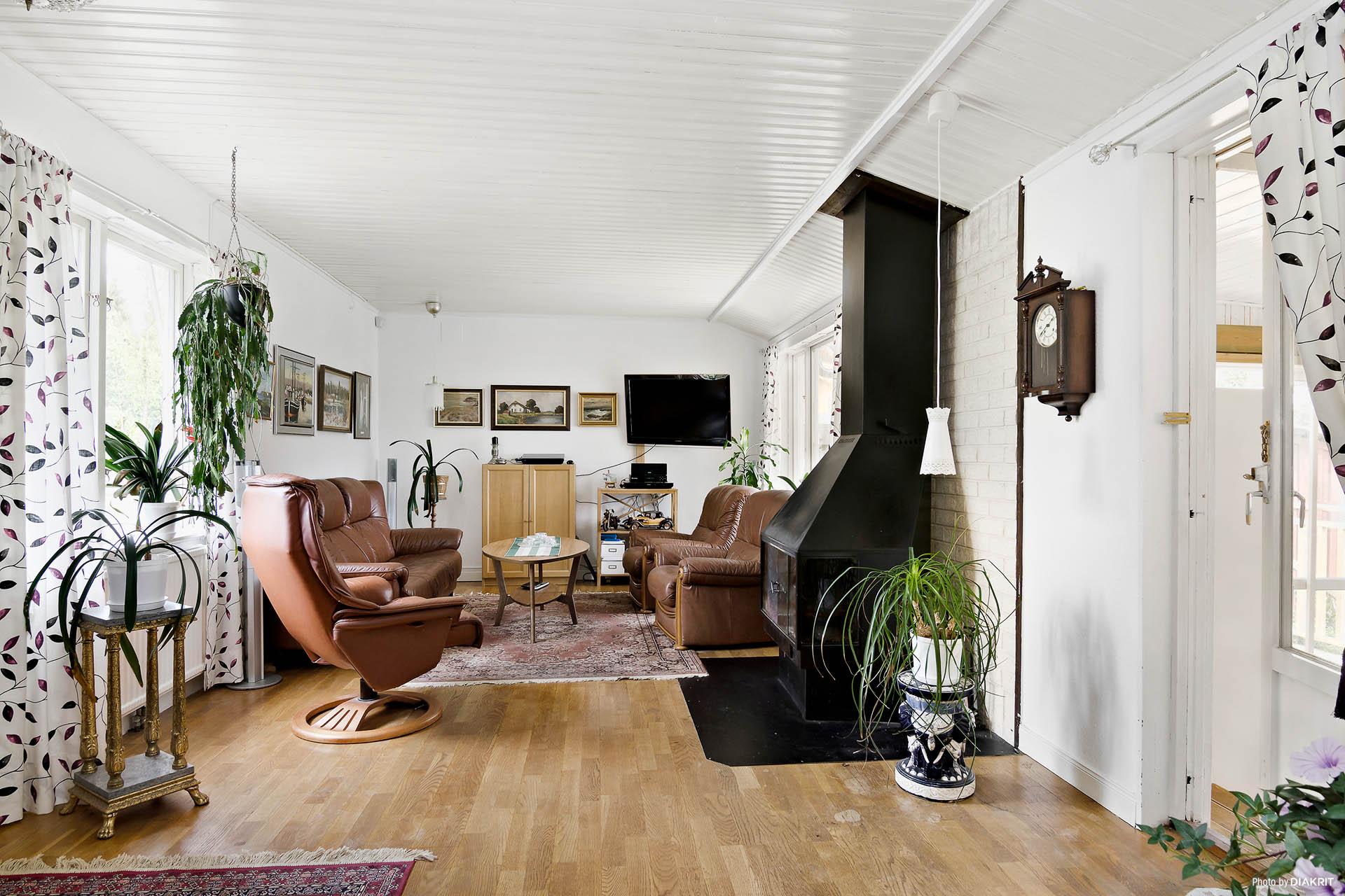 Vardagsrum med utgång till det inglasade uterummet
