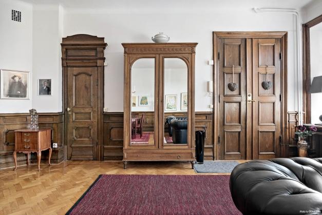 Vardagsrum med spegeldörrarna i entrén