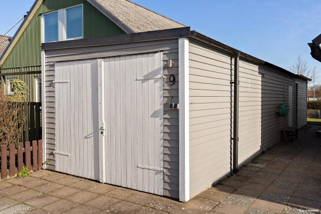 Garage med förrådsdel