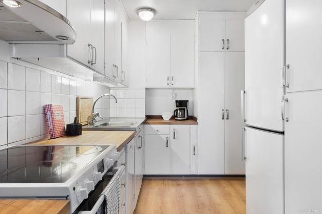 I köket finns gott om förvaringsmöjligheter