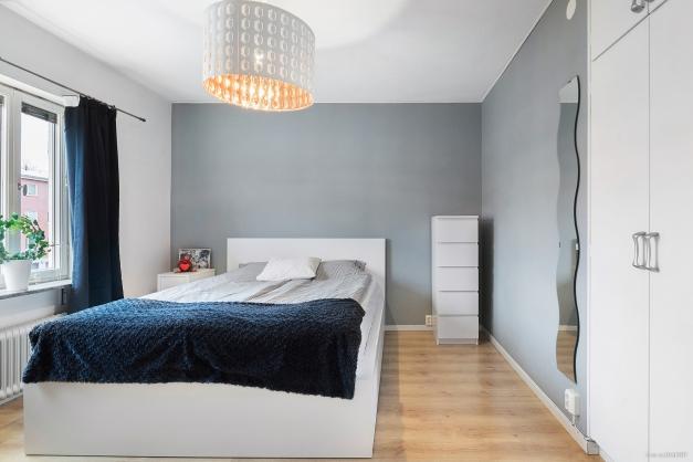 Rymligt sovrum med inbyggd förvaring
