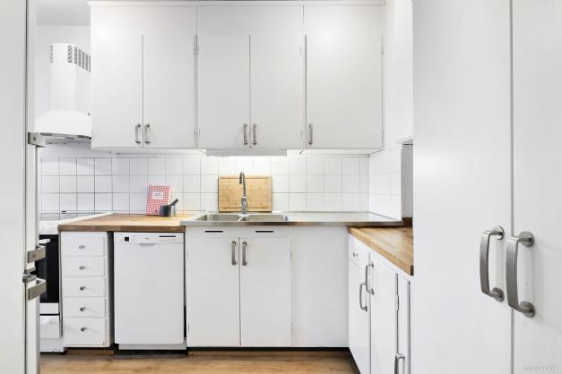 Köket är utrustat med bl.a. diskmaskin