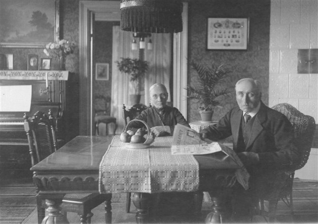 Husets byggherre Bernhard Andersson  och hustru Sofia Andersson. Foto från 1923.