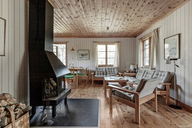 Sällskapsrum med eldstad