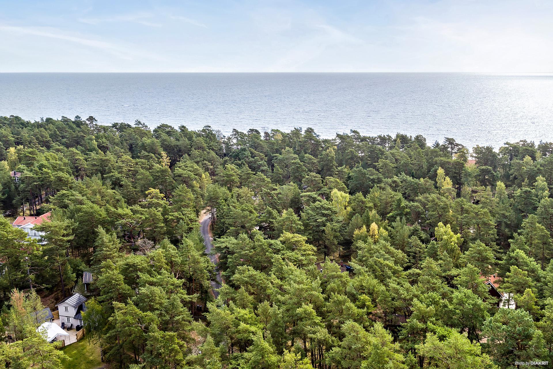 Fastigheten Yngsjö 10:101 ligger endast ca 230 m från havet.