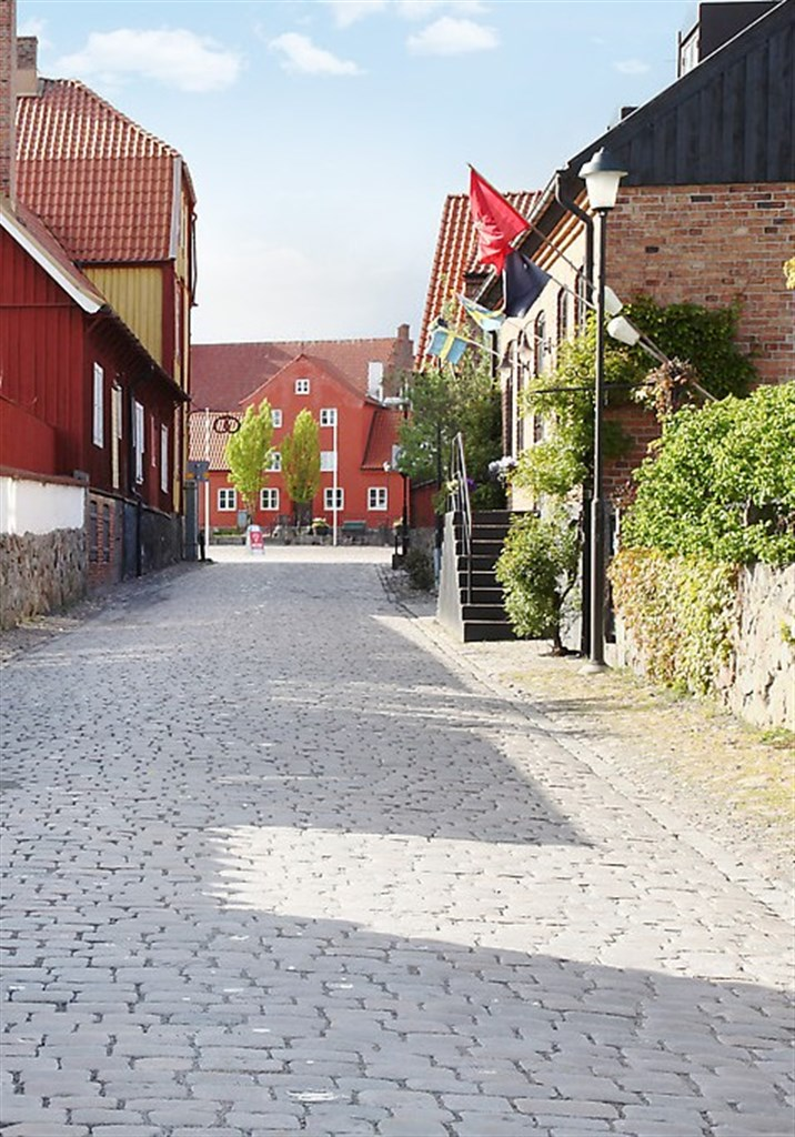 Västra hamngatan leder in i gamla stadskärnan med kyrkan från 1100-talet