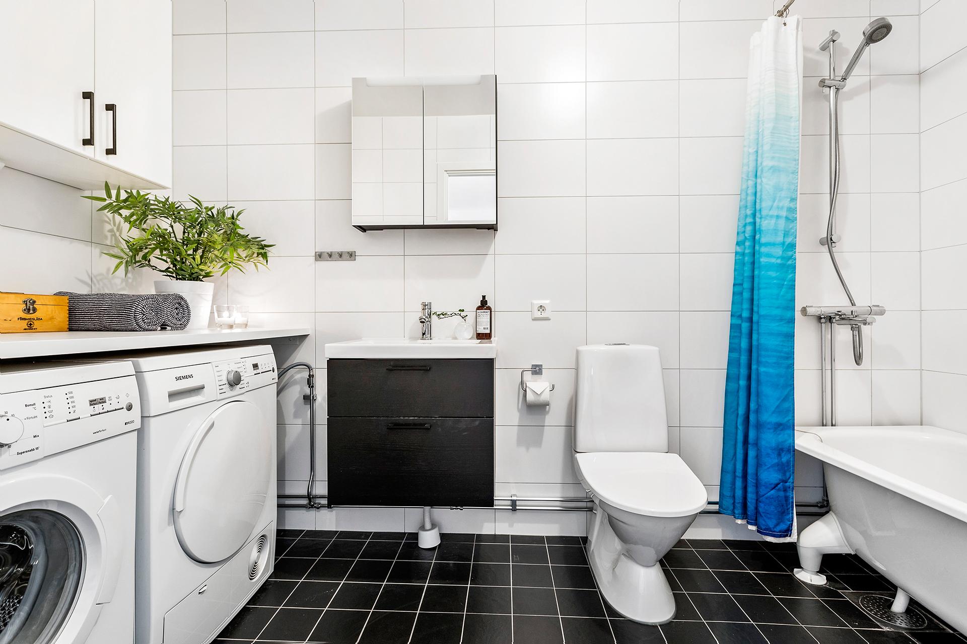 Lyxigt stort badrum med badkar, tvättmaskin och torktumlare
