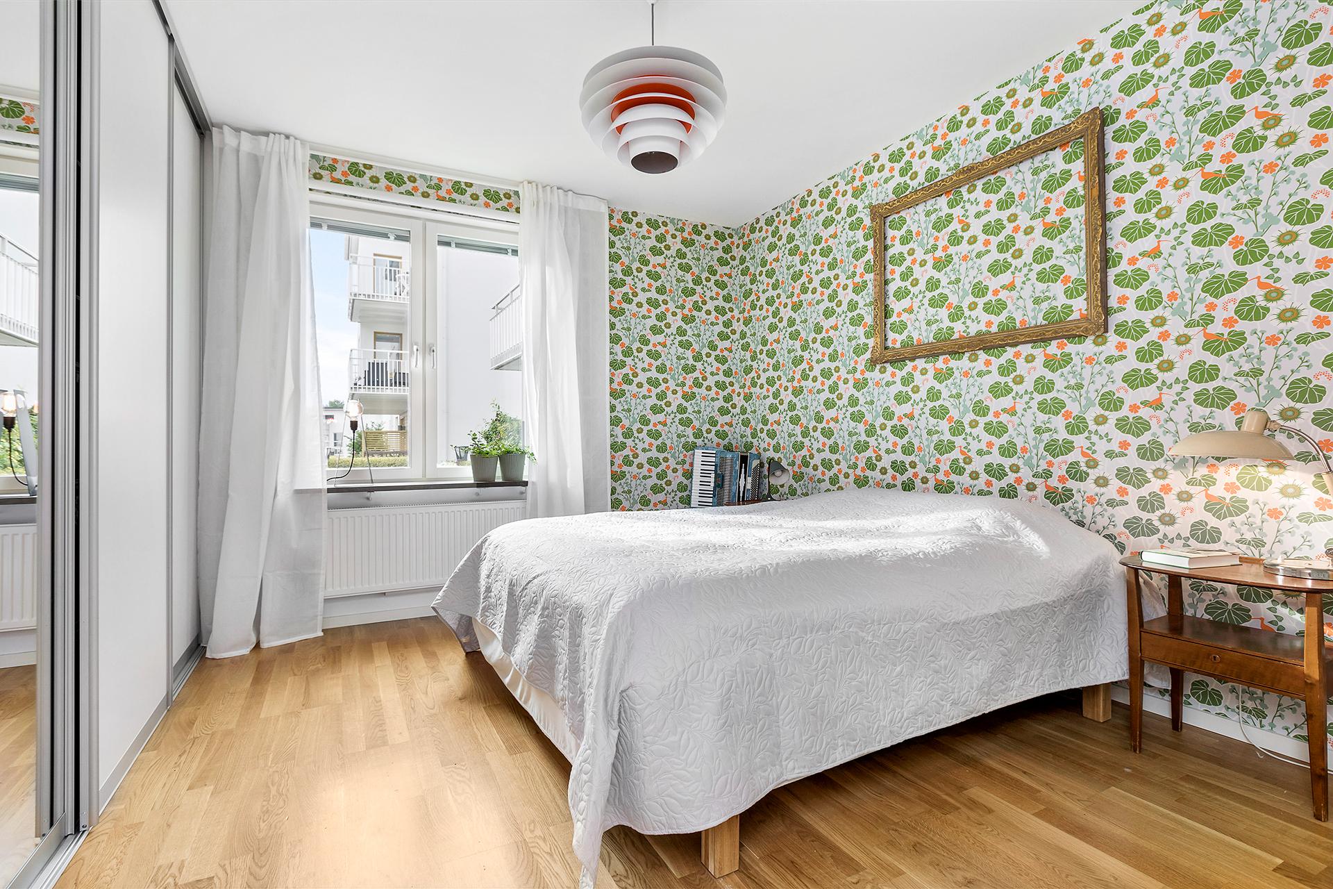 Stora sovrummet har hel garderobsvägg för bra förvaring
