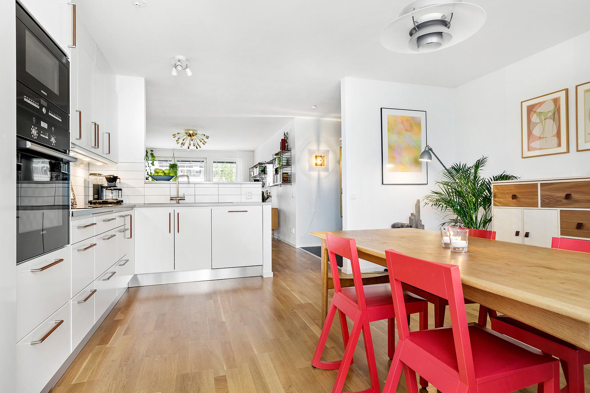 Välutrustat kök med gott om utrymme för matplatsen