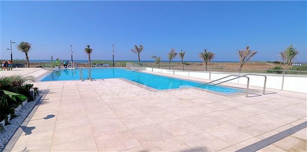 Fint poolområde ett stenkast från havet