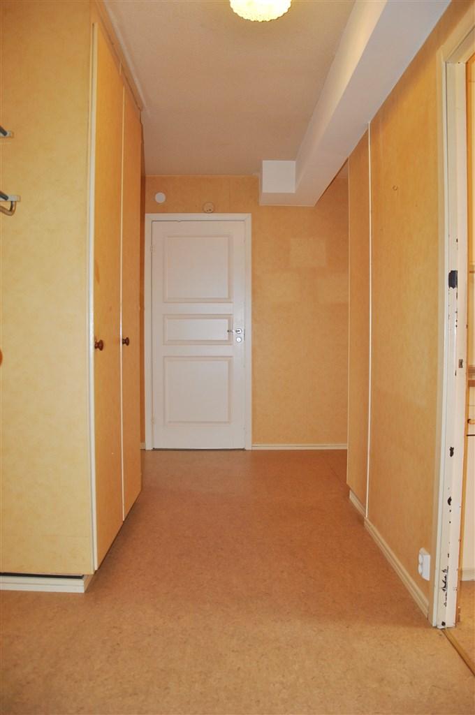 Entréhall med plats för avhängning och platsbyggda garderober