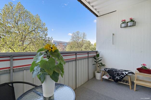 Rymlig balkong med perfekt söderläge mot den bilfria gården.