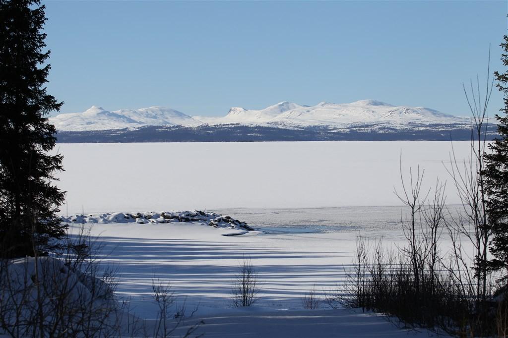 Skäckerfjällen samt piren som sticker ut i Kallsjön