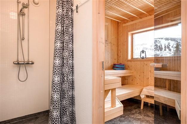 Dusch med vy mot bastu