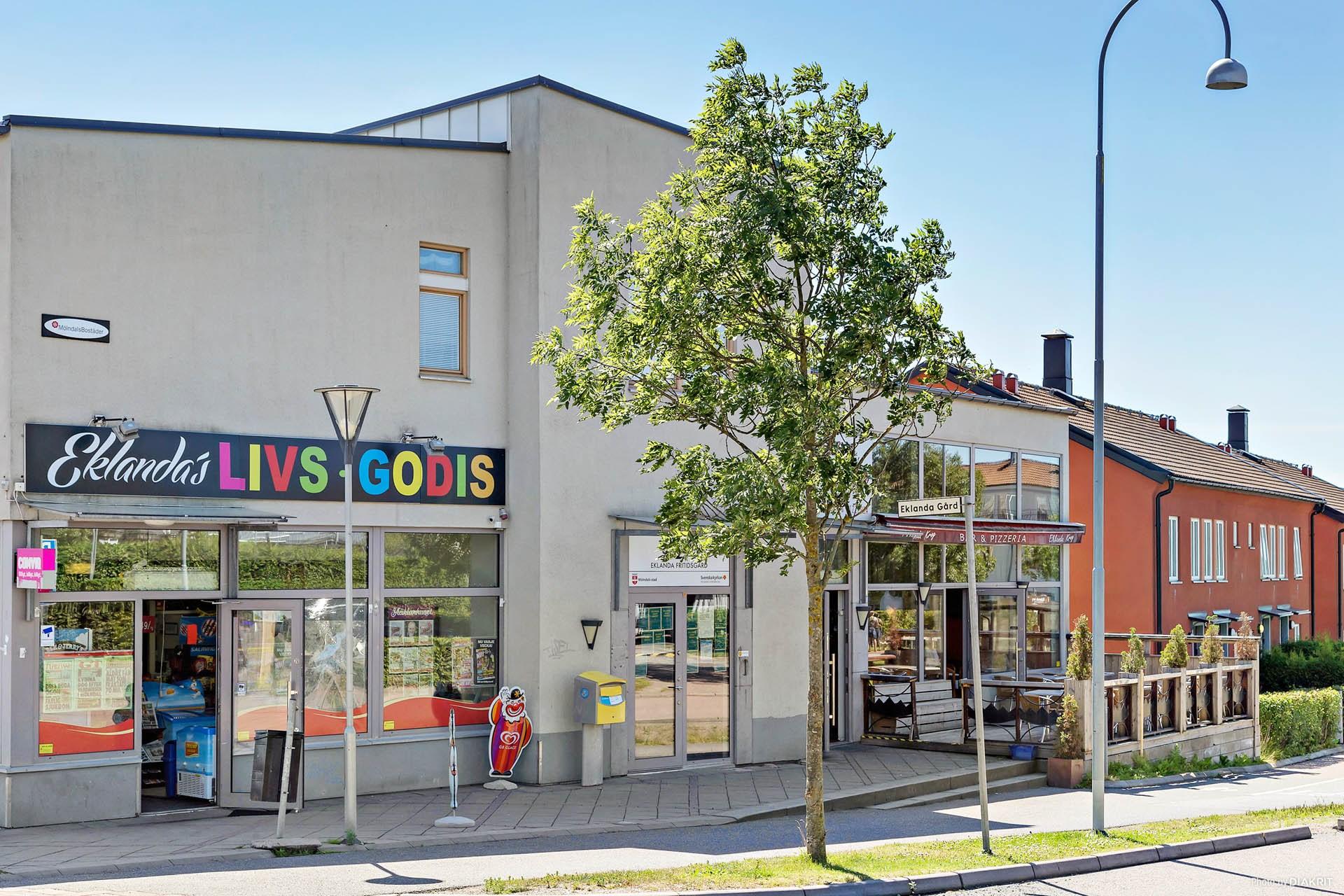 Affär och restaurang i området